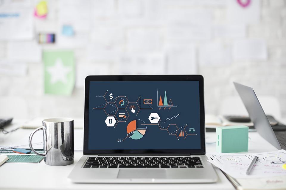 ordinateur affichant graphiques et statistiques