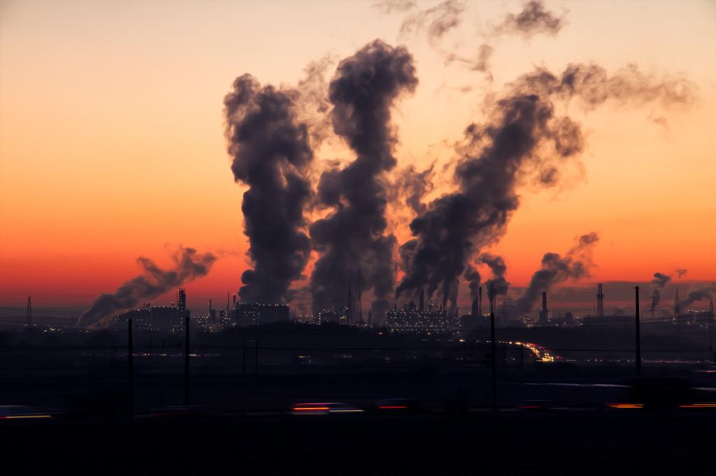 Une usine qui pollue avec des fumées