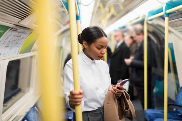 Femme d'affaires qui prend le métro pour se rendre au travail