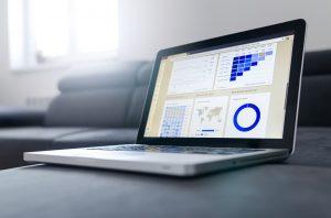 ordinateur portable affichant statistiques et schémas