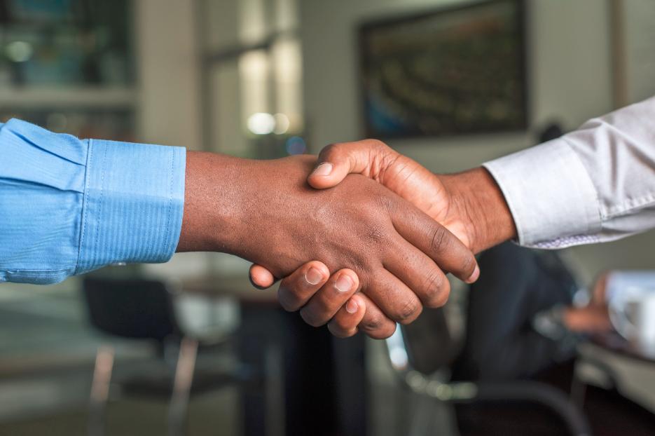 Poignée de main entre patron et prestataire gestion RH