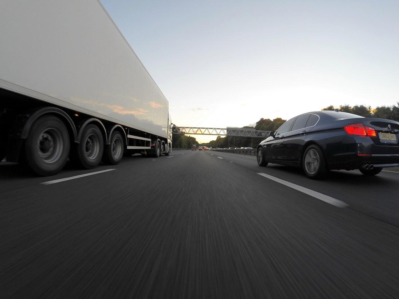Camion et voiture sur la route