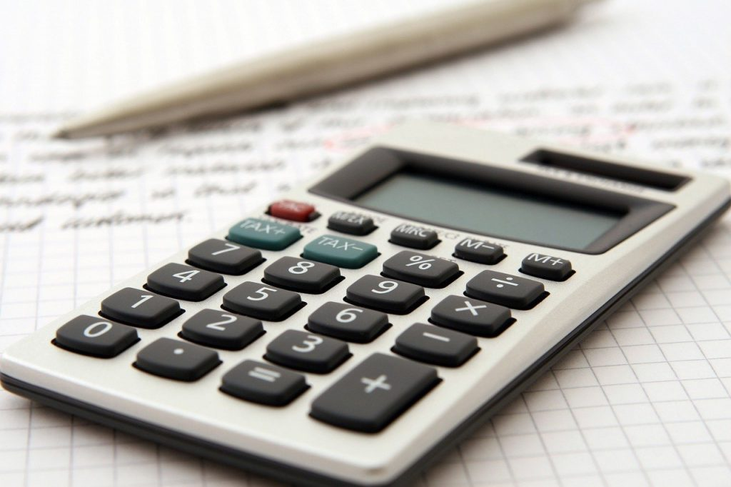 calculatrice et crayon sur un document manuscrit