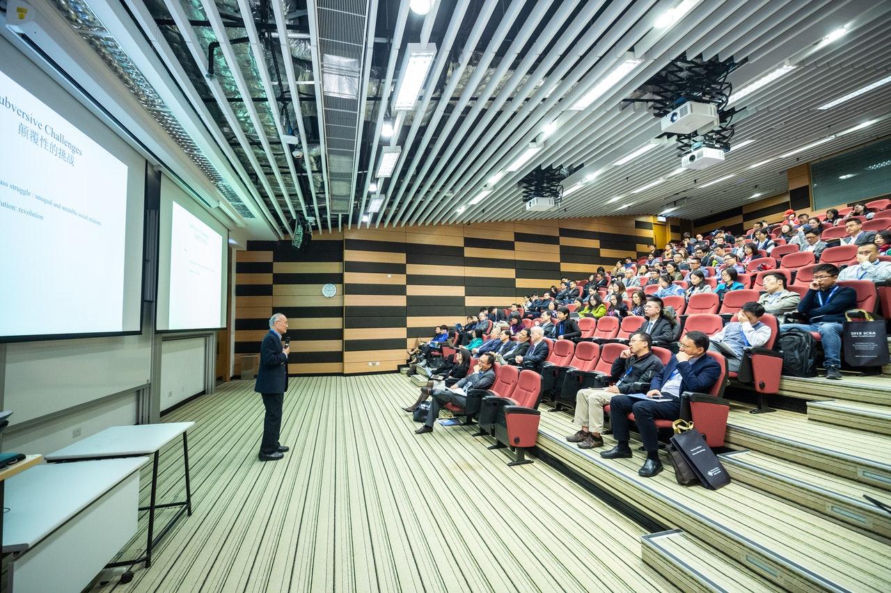 conférence dans un auditorium