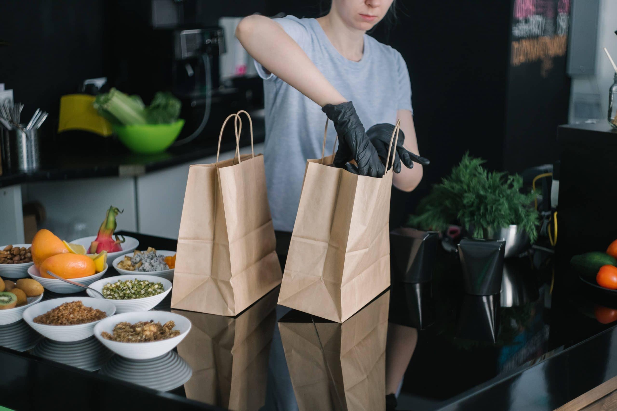 Restaurateur qui prépare des repas à emporter