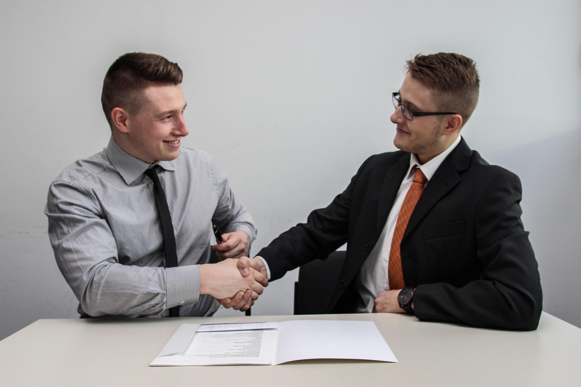 partenariat serrage de mains